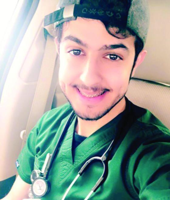 الطبيب زياد العنزي.. قصة مثيرة لطفل حقق حلم والدته بعد 17 عاما