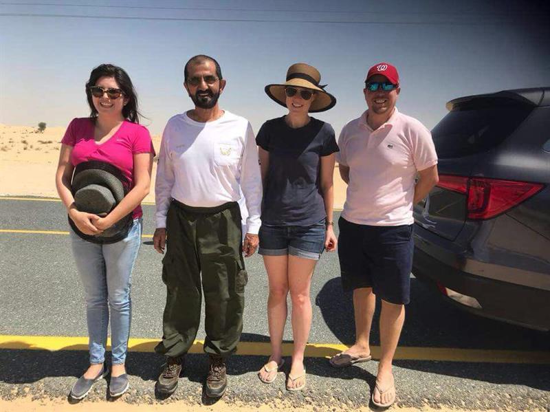 بالصور.. الشيخ محمد بن راشد يتوقف لمساعدة أسرة أوروبية علقت في رمال دبي