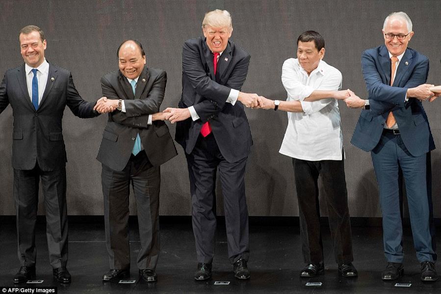 بالصور.. ترامب حائر في مصافحة خلال قمة آسيان