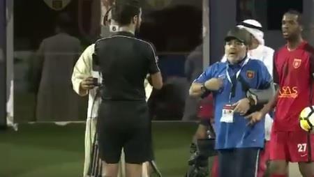 بالفيديو.. إيقاف مارادونا 4 مباريات وتغريمه 8 آلاف درهم لمحاولته الاعتداء على حكم