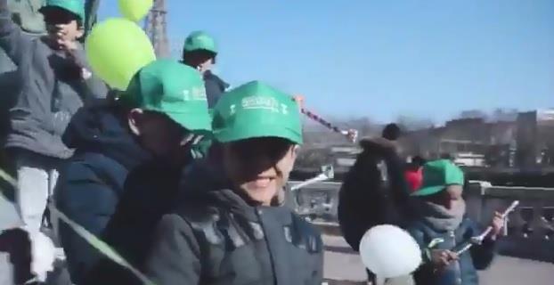 """بالفيديو.. السعوديون يرحبون بولي العهد في باريس بأغنية """"فوق السحاب"""""""