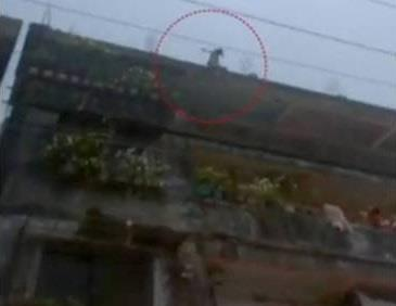 لحظة إلقاء طفلة هندية نفسها من الطابق الرابع خوفاً من متحرش
