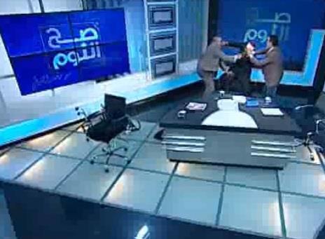 بالفيديو.. مشاجرة بـالأحذية بين ضيفي برنامج تلفزيوني على قناة مصرية