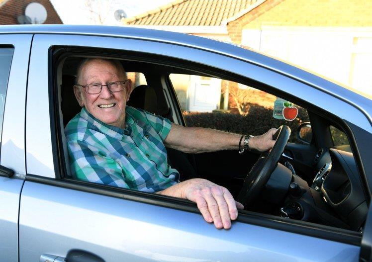 """تعلم القيادة في الـ 79.. """"لعيون"""" زوجته!"""
