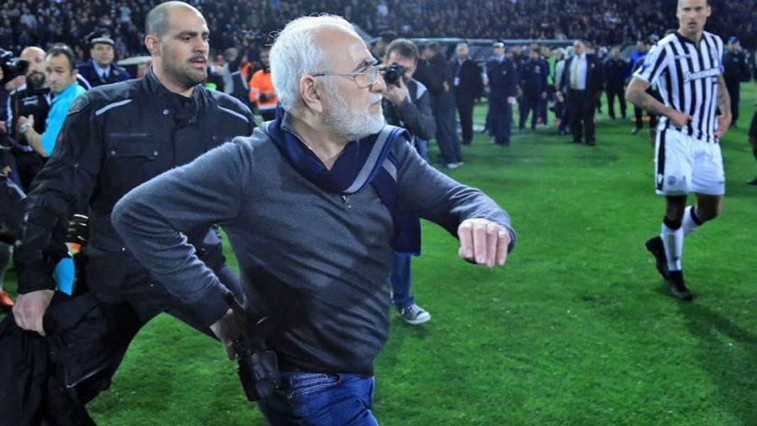 فيديو: رئيس نادٍ يقتحم ملعب المباراة بالمسدس بعد إلغاء هدف لفريقه في قمة الدوري اليوناني!