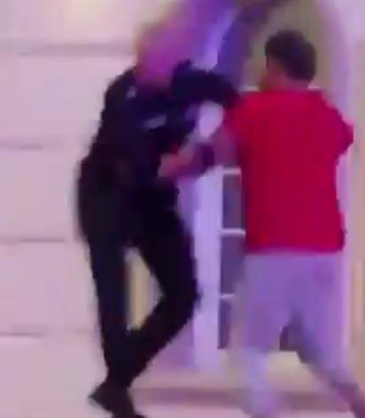 شاهد.. كويتي يطعن شرطيا أثناء محاولة إقناعه بإطلاق سراح أسرته المحتجزة.. وإطلاق نار أثناء السيطرة عليه