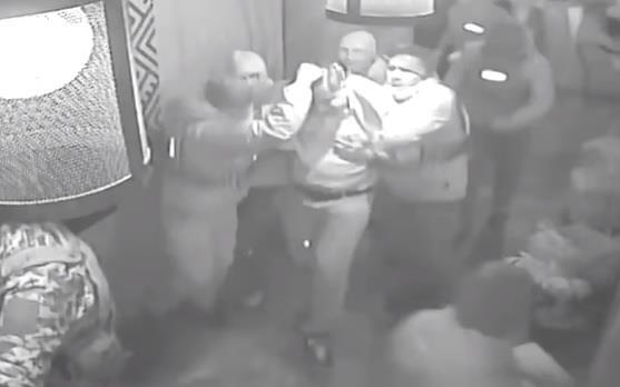 """شاهد كيف اعتقلت السلطات الأوكرانية الرئيس الجورجي السابق بعنف وجرّته """"من شعره"""""""