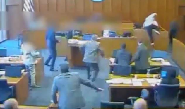 شاهد.. متهم يهجم على شاهد في محكمة أمريكية.. والشرطة ترديه قتيلاً بعدة رصاصات