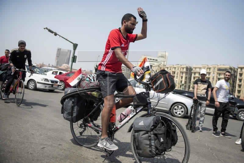مصري ينطلق في رحلة من القاهرة إلى موسكو بالدراجة (صور)